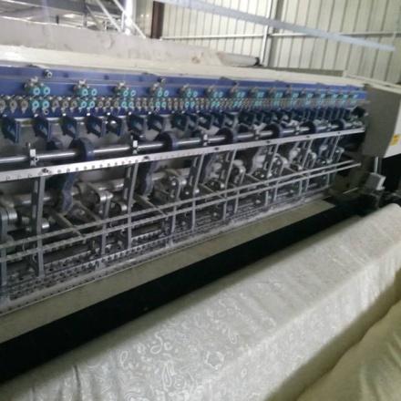 电脑多针绗缝机缝制中